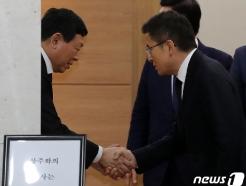 [사진] 신동빈 회장과 악수하는 황교안 대표