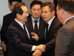 [사진] 고 신격호 회장 빈소에서 마주친 정세균 총리와 황교안 대표