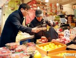 [사진] 전통시장 찾은 엄재식 원자력안전위원장