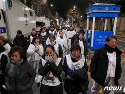 '마사회 비리폭로' 문중원 유족, 청와대 앞까지 오체투지