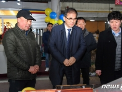 [사진] 설 명절 앞두고 전통시장 찾은 박종호 산림청장