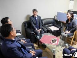 [사진] 시설 관계자들과 대화 나누는 강신욱 통계청장