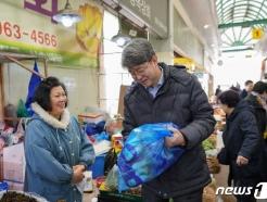 [사진] 위문품 구입하는 강신욱 통계청장