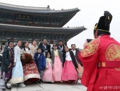 """""""한국 전통인데…"""" 한복은 왜 외국인만 입을까?"""