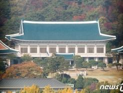 '소환 불응' 버티는 靑 이광철, 檢 강제수사 검토