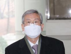 [사진] 마스크 쓰고 공판 출석하는 고영한 전 대법관