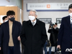 [사진] 법정으로 향하는 양승태 전 대법원장