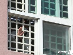 [사진] 손 흔드는 청도대남병원 환자