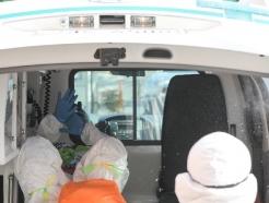 [사진] 응급차로 이송되는 환자