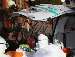 [사진] '코로나19 사망자 발생' 청도대남병원 환자 이송
