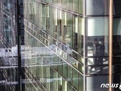 [사진] 코로나19 확산 공포...'빌딩 밖은 위험해'