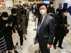 [사진] 마스크 판매상황 지켜보는 정진수 중소기업유통센터 대표이사
