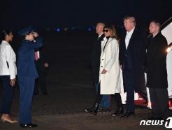 [사진] 印 방문 마치고 앤드루스 공군기지 도착한 트럼프 부부