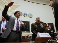 [사진] 하원 군사위서 의원들과 얘기 나누는 에스퍼 국방