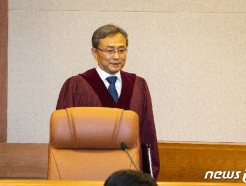 [사진] 대심판정 들어서는 유남석 헌재소장