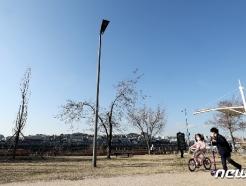 [사진] 쾌청한 날씨에 마스크 쓰고 야외활동하는 아이들