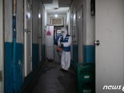 [사진] '코로나19' 방역 작업하는 관계자들