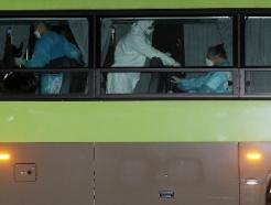 [사진] 청도 대남병원 코로나19 확진자들, 국립정신건강센터 도착