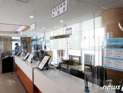 [사진] 코로나19 예방 위해 '가림막 설치된 정부서울청사'