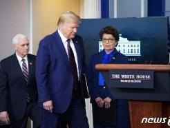 [사진] 코로나 브리핑 도착하는 트럼프와 펜스