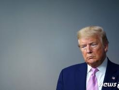 [사진] 코로나 브리핑 참석한 트럼프의 심각한 표정