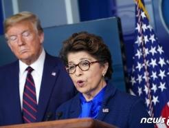 [사진] 카란자 중소기업청장 발언 듣는 트럼프