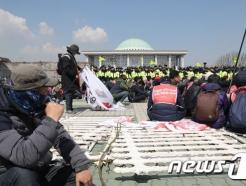 """""""밥그릇 앞에 협상은 없다""""…'낡은 진영논리'에 갇힌 노동계"""