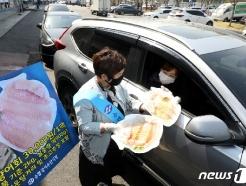 [사진] '국산 활 광어회 차 안에서 구매하세요'