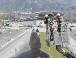 [사진] 세종대왕 동상 물청소