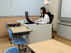 [사진] 사상 첫 온라인 개학, 교실에서 수업 중인 선생님