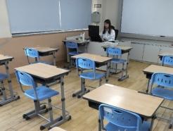 [사진] 텅 빈 교실에서 온라인 수업 시작한 선생님