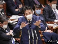 코로나와 싸우기도 바쁜데…아베 vs 도쿄도지사 '기싸움'