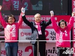 """""""정말 죄송"""" 사과한 김종인, """"3류 청와대"""" 심판 호소"""