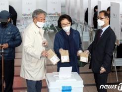 [사진] 사전투표하는 최불암-김민자 부부와 박영수 중앙선관위 사무총장