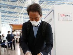 [사진] 사전투표소에서 비닐봉지 받는 임종석