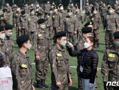 [사진] 투표 전 체온 검사하는 군 장병