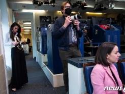 [사진] 트럼프의 코로나 브리핑 취재하는 기자들