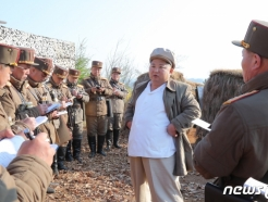 김일성 모자 쓰고 마스크 없이 軍 지도한 김정은, 왜