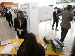 [사진]코로나19가 바꾼 사전투표 현장