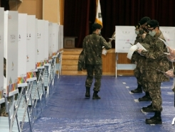 [사진] 투표 대기하는 군 장병