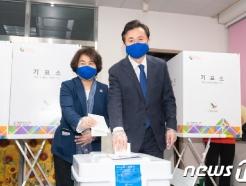 [사진] 사전투표 하는 김영춘 후보 부부