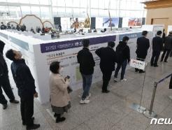 [사진] 사전투표 지난 총선 두배...'줄을 서시오'