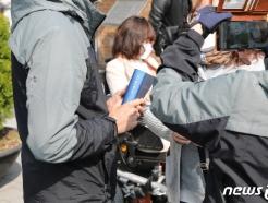[사진] 선관위, '사전투표소 100m 이내 소란행위 금지' 점검