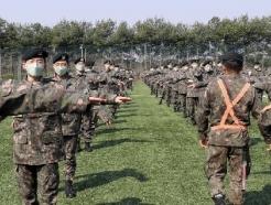 [사진] 투표소에서 사회적 거리두기 적극 실천하는 군 장병들