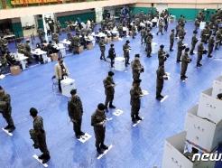 [사진] 사전투표 나선 군인들