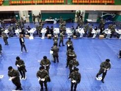 [사진] 사전투표 첫 날, 투표하는 군 장병들
