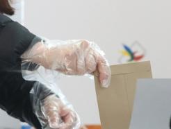[사진]'위생장갑 착용하고 투표'