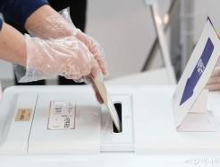 [사진]'일회용 장갑 착용하고 투표하세요'