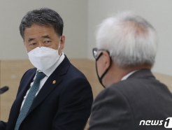 [사진] 이윤성 원장과 대화하는 박능후 장관