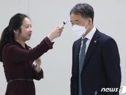 [사진] 체온 측정하는 박능후 복지부 장관